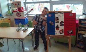 Présentation orale qui nous communique les matériaux de recyclage que Jacob a utilisé et les étapes pour réaliser son robot Œuvre d'art.